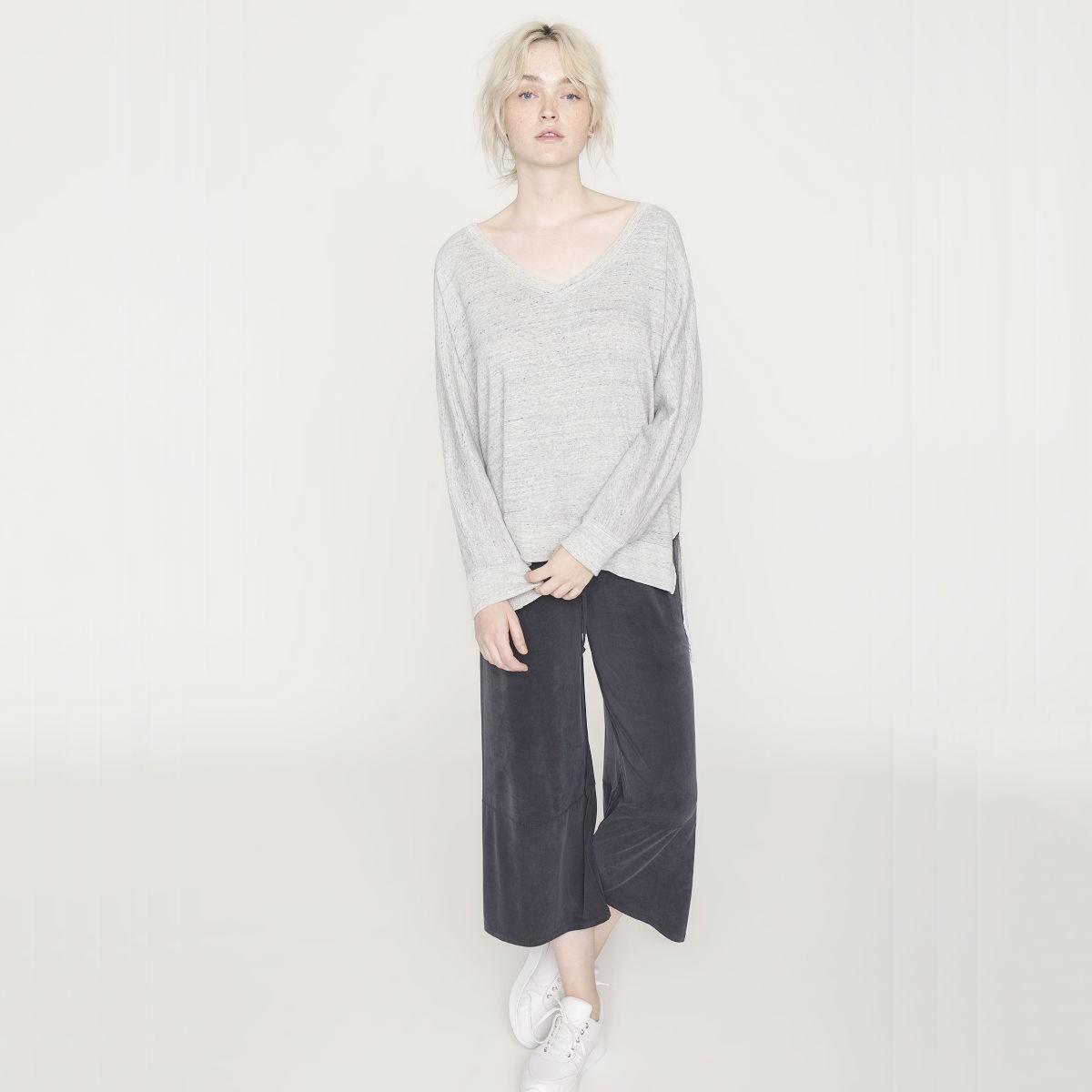 Světle šedý svetr – M