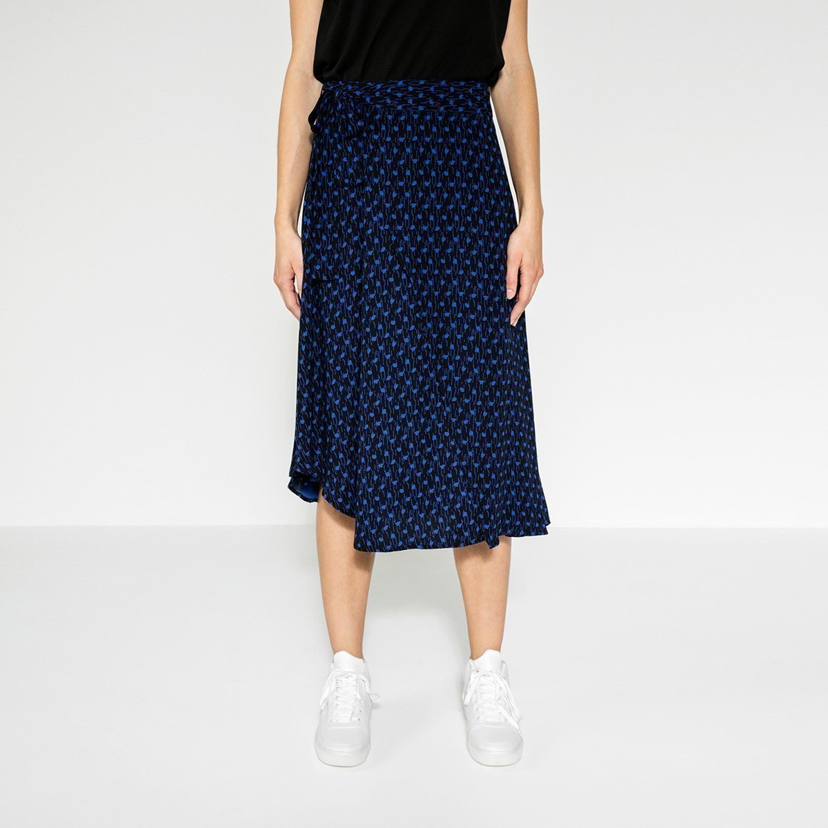 Černá zavinovací sukně s modrými puntíky – M Pieces