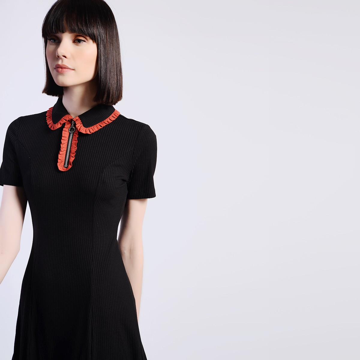 Černé šaty s límečkem – M