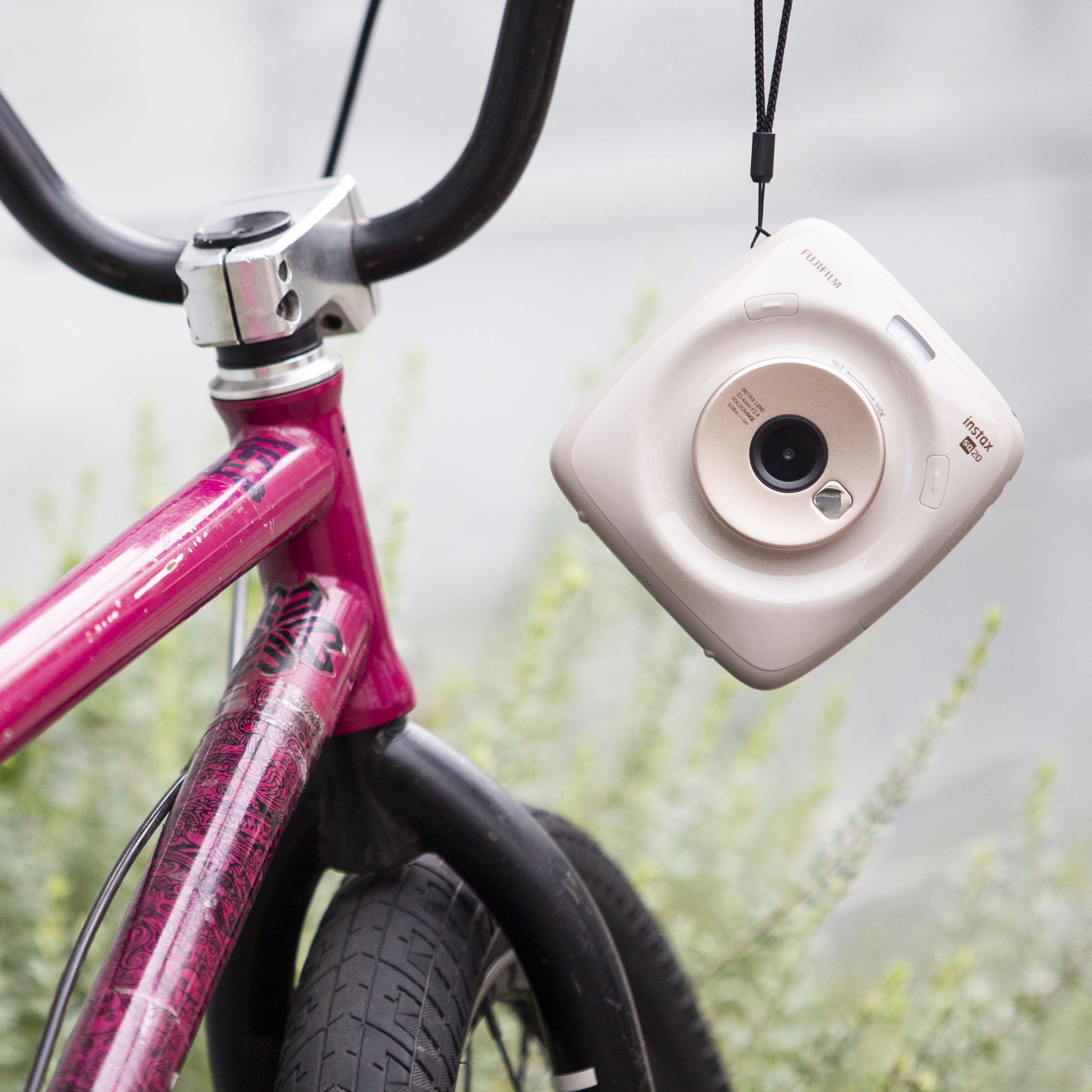 Béžový instantní fotoaparát SQ20