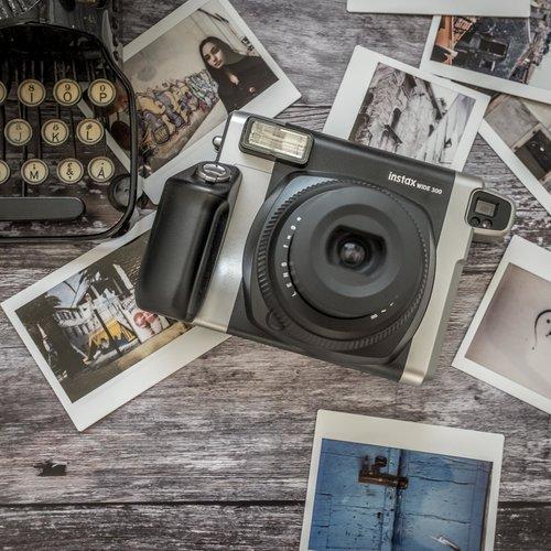 Černý instantní fotoaparát Wide 300